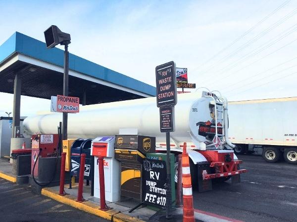 房车自驾-加油站的补给