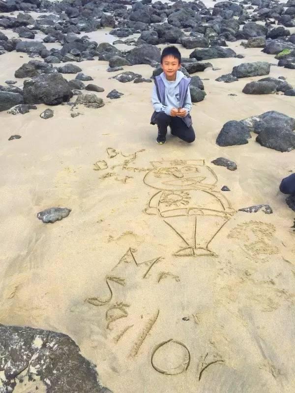 带孩子房车自驾-在沙滩上画画