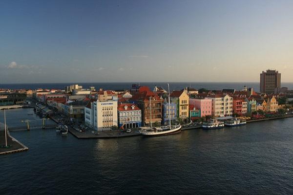 库拉索岛的城市和自然风光均色彩斑斓。
