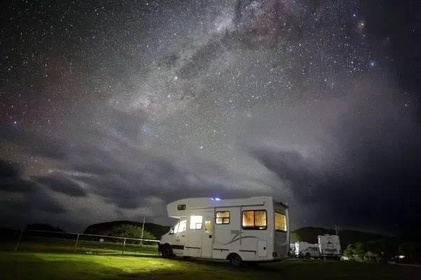 浪漫房车自驾游-躺在房车里看星星
