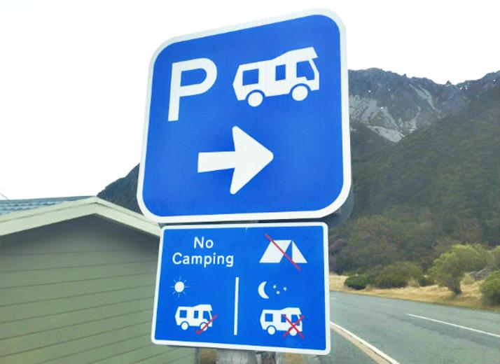 房车露营指示牌不远处有房车营地此处禁止露营
