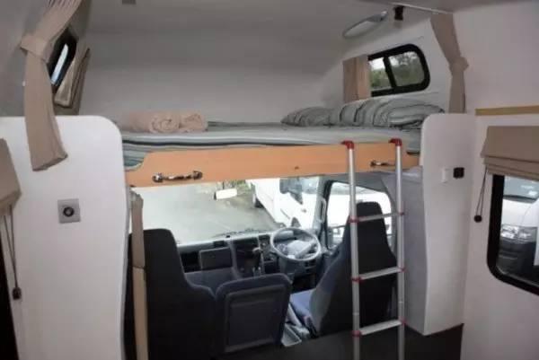 房车驾驶座上方的床铺