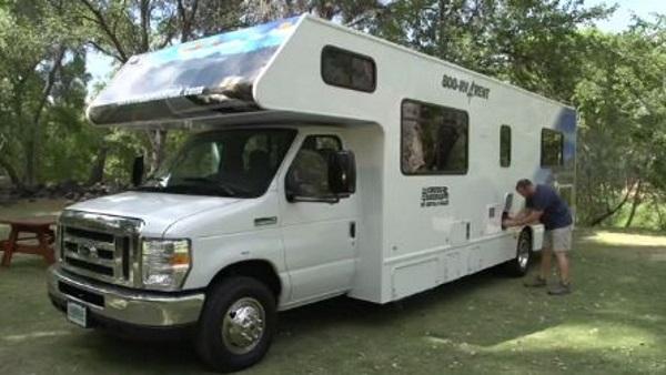 房车停在营地准备充电