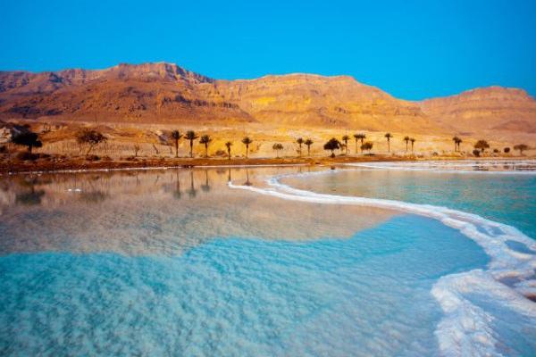 约旦含盐极高的死海仿佛完全属于另一个星球。