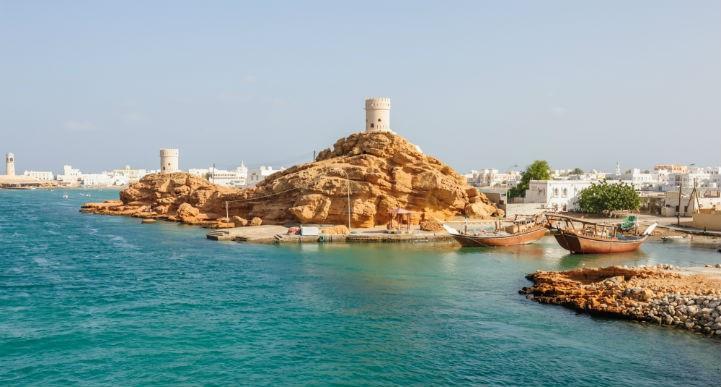 阿曼欢迎游客来体验其古老的海滩和晶莹夺目的湛蓝海水。