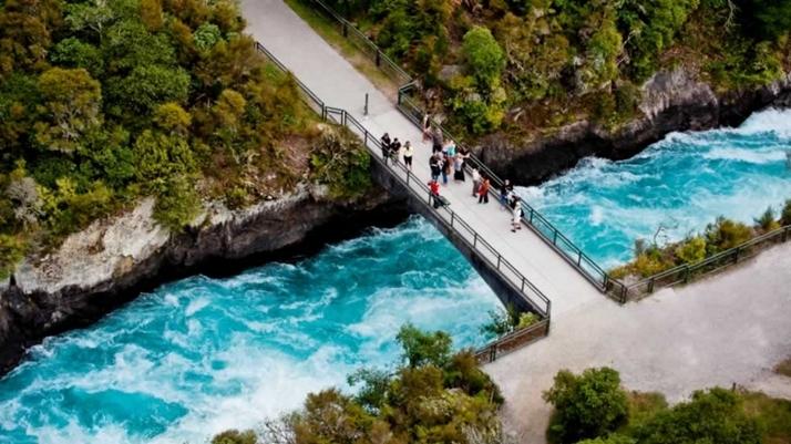 北岛陶波胡卡瀑布上的桥