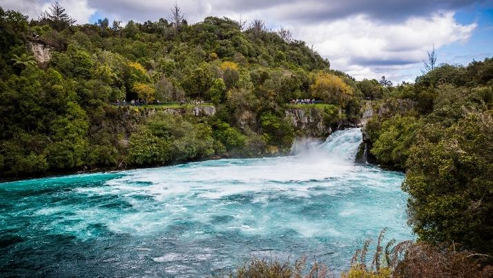 北岛陶波胡卡瀑布壮丽景色