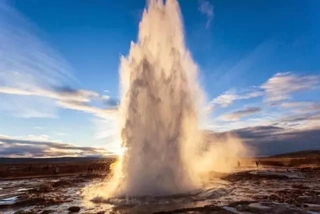 冰岛间歇泉喷发