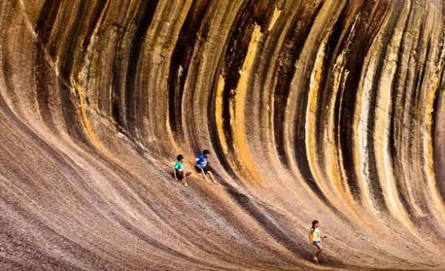 沙漠中的波浪岩
