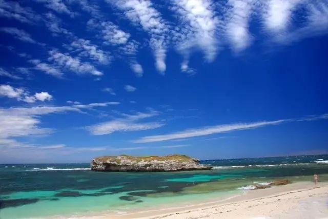 澳洲蓝天白云海浪沙滩