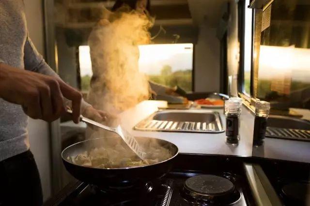 房车自驾游烹饪