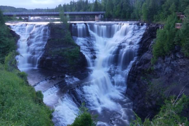 加拿大幽鹤塔卡卡瀑布