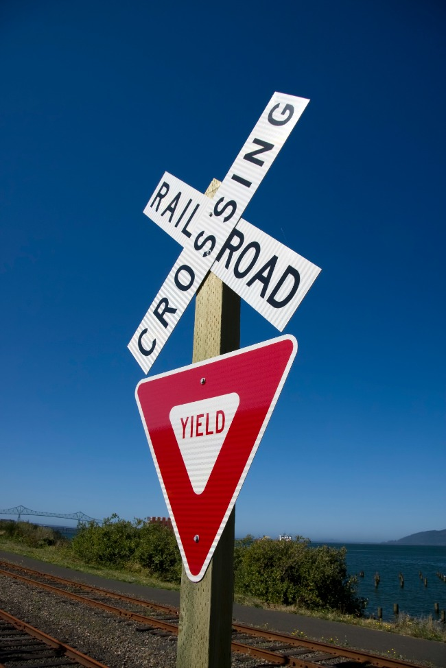 Beschreibung: Yield and Railroad signs.jpg