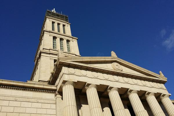 Blue skies hang above the George Washington Masonic National Memorial in Alexandria, Virginia