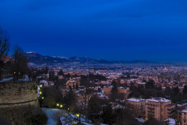 Even after the sun goes down, Bergamo rbains charming.