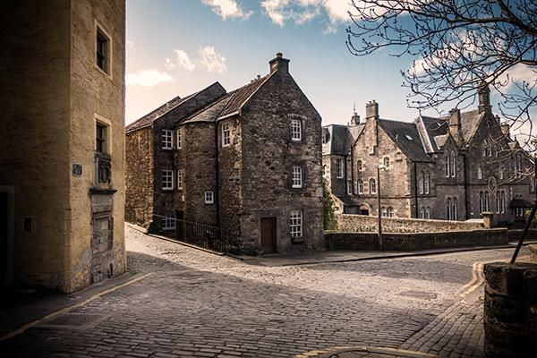 The cobblestone streets and stone buildings of Old Town in Edinburgh, Scotland