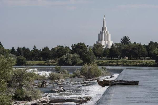 A summer view of the Idaho Falls Temple.