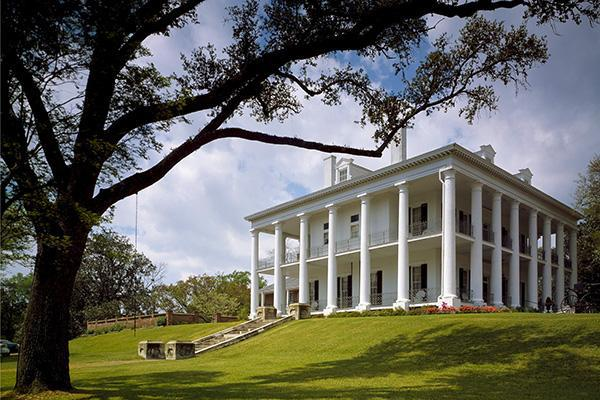 An antebellum mansion sitting pretty in Jackson, Mississippi