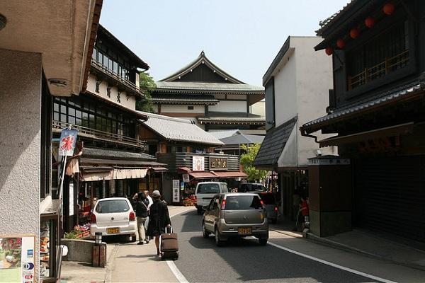 The curved street of Naritasan Omotesando