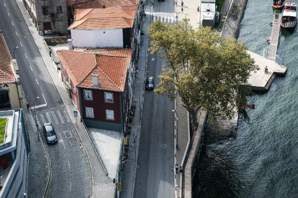 Porto isn't a small city, but if you avoid rush hours traffic is fairly reasonable.