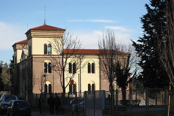 Biblioteca Comunale G. Aliverti (G. Aliverti Municipal Library) in Somma Lombardo, Italy