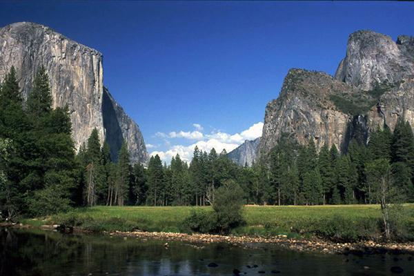 The mountains of Yosemite National Park on a beautiful day